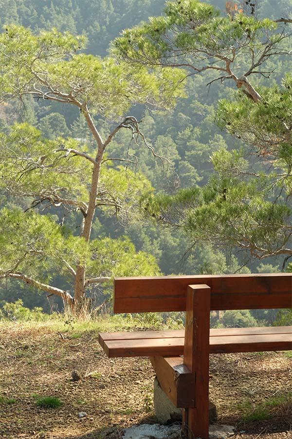 Кипр, удобная лавочка над обрывом где-то в горах