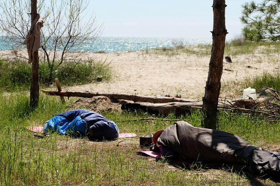 Уставшие от отдыха туристы мирно спят на полуденном солнышке