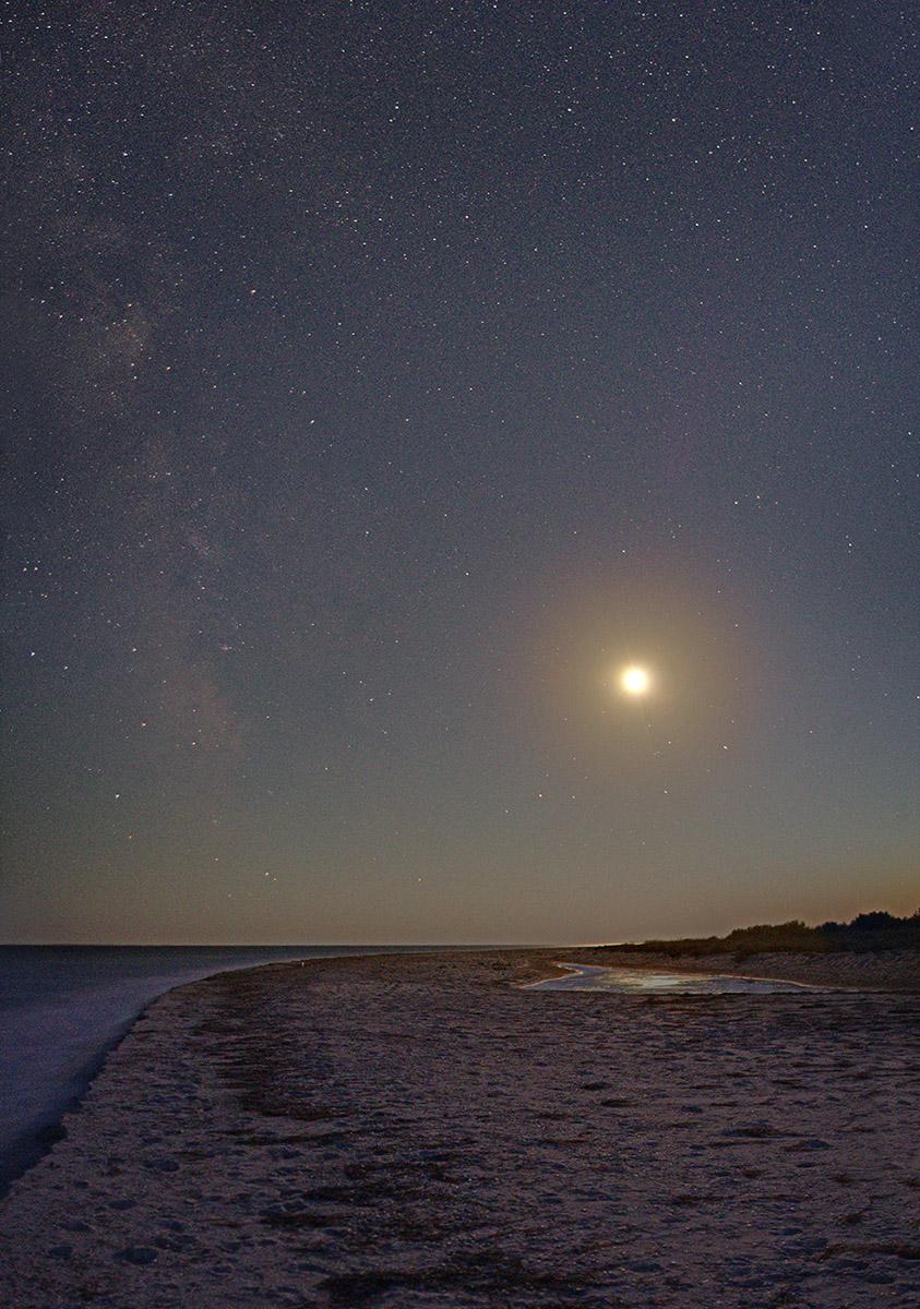 Луна освещает нереальный пейзаж Джарылгача