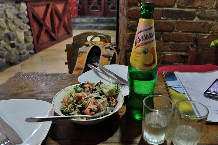 Салат с грецкими орехами и лимонад Натахтари