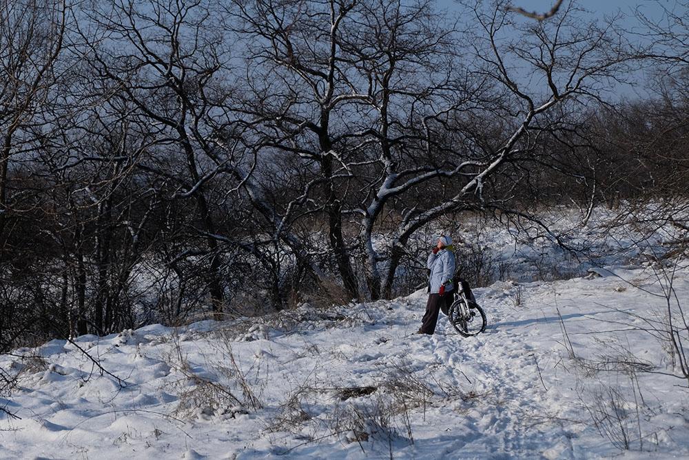 Зимний велосипедист на снегу