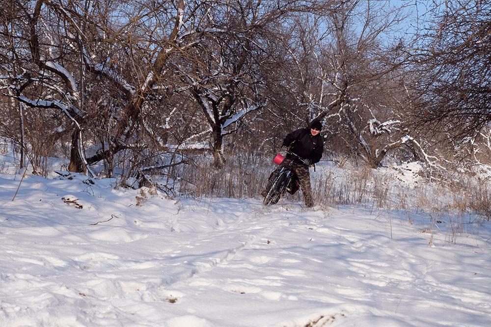 Трудно ехать на велосипеде по глубокому снегу