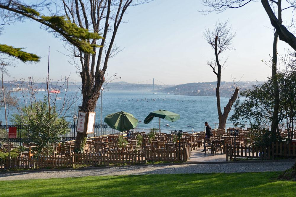 Кафе в парке Гюльхане с видом на бухты Золотой Рог и Босфор