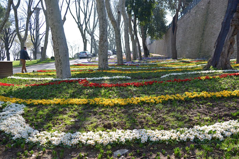 Парк Гюльхане - Готская колонна и стена дворца Топкапы