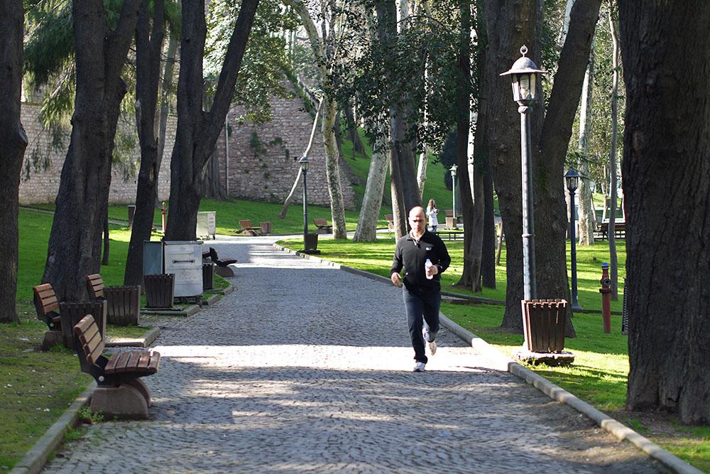 По утрам в парке Гюльхане бегают и занимаются утренней гимнастикой