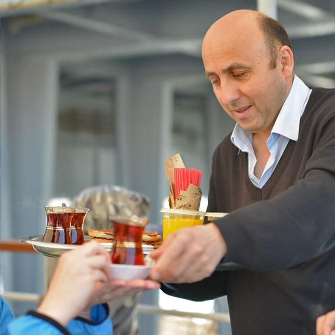 Вкуснейший турецкий чай в стаканчиках-тюльпанах