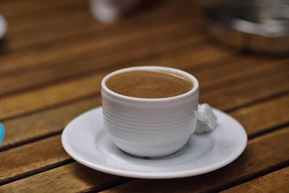 Ароматный турецкий кофе в кафе на Истекляли