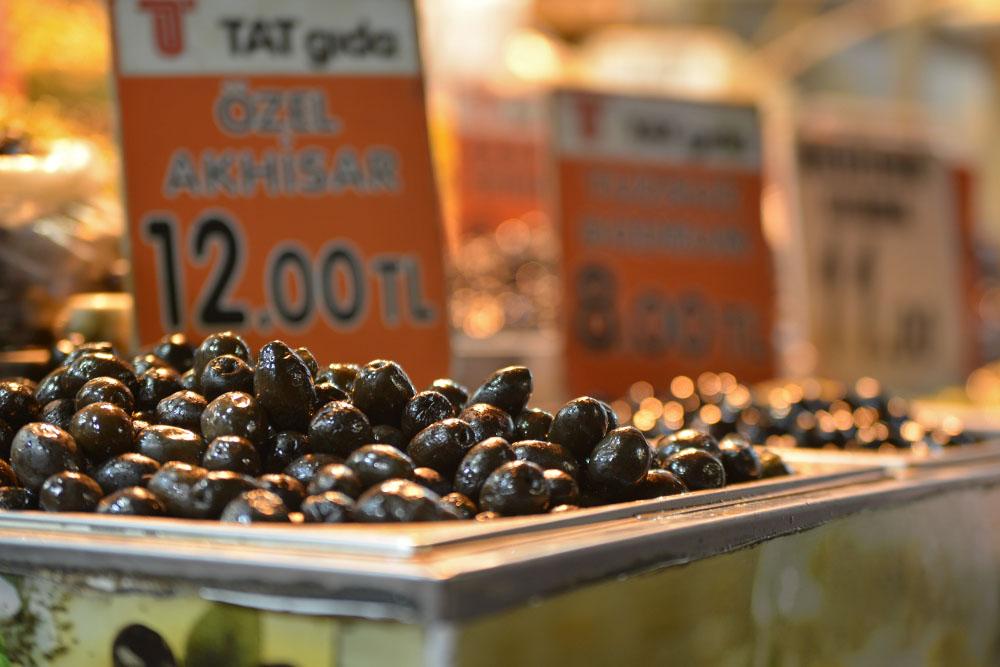 Цены на оливки на Египетском базаре в Стамбуле