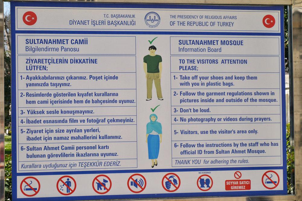 Плакат с правилами входа в Голубую мечеть
