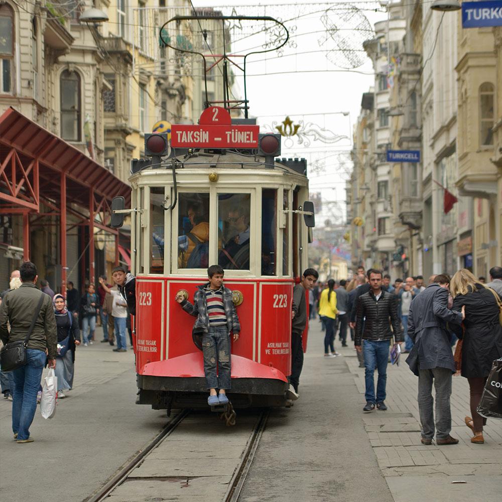 Знаменитый красный трамвайчик