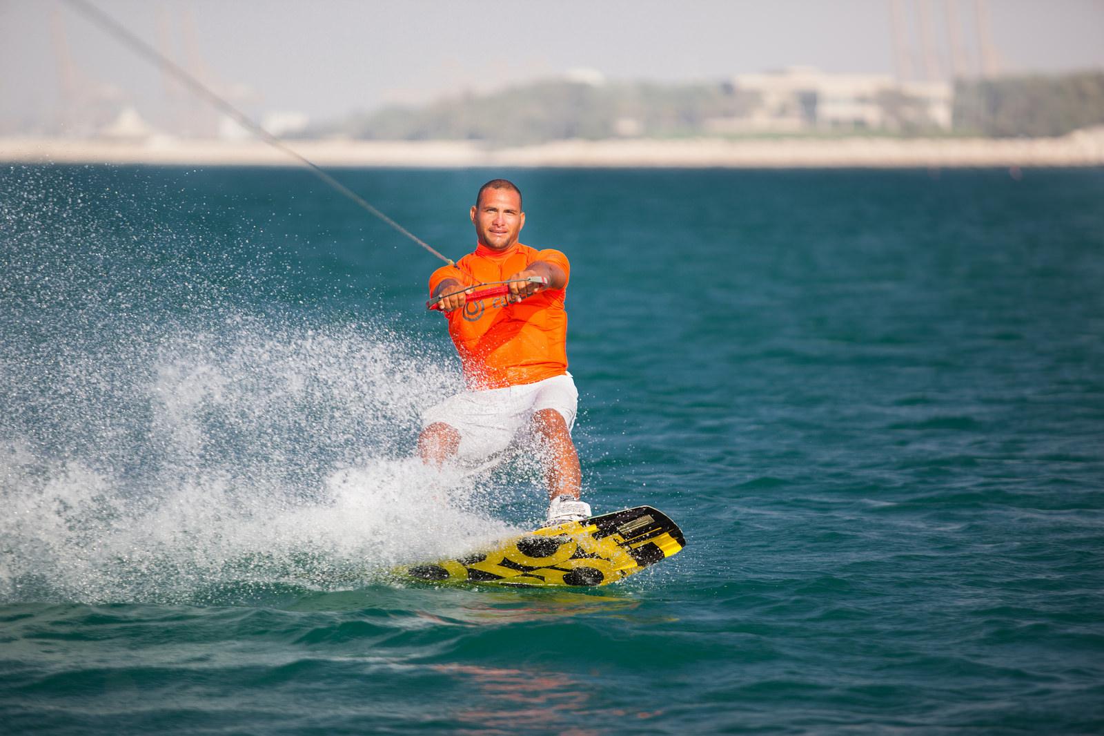 Мужчина на водных лыжах