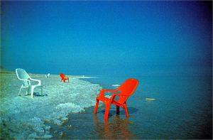 Пустые стулья на берегу