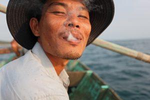 Вьетнамец пускает дым