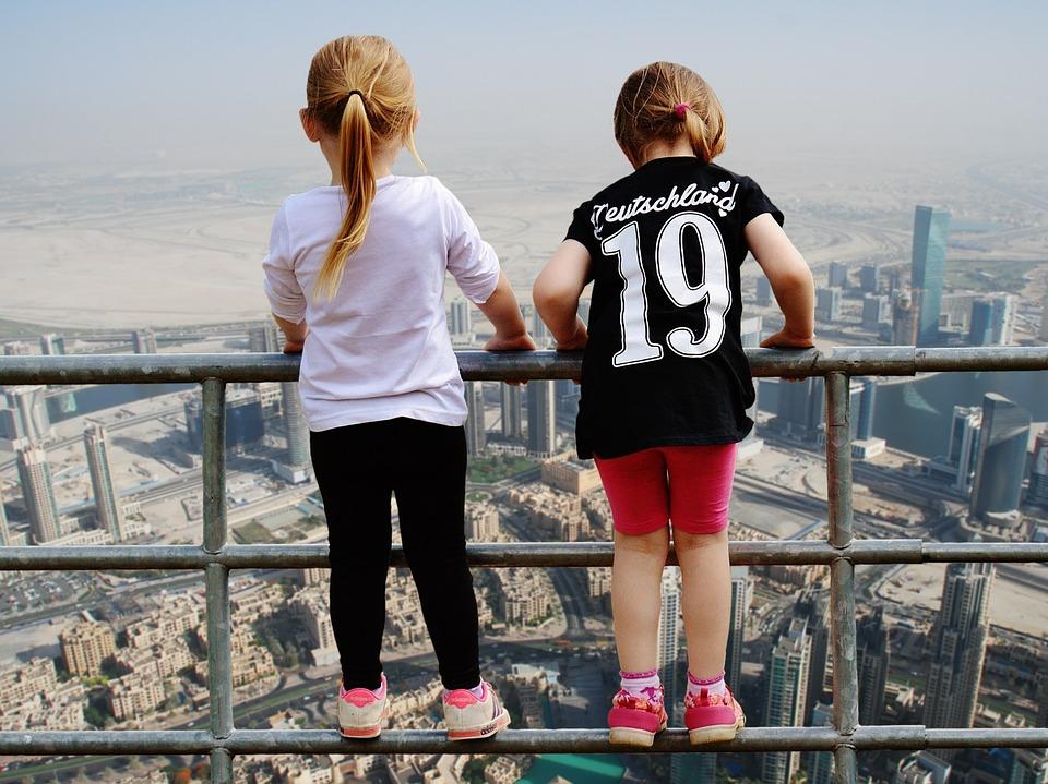 Дети на вершине небоскреба