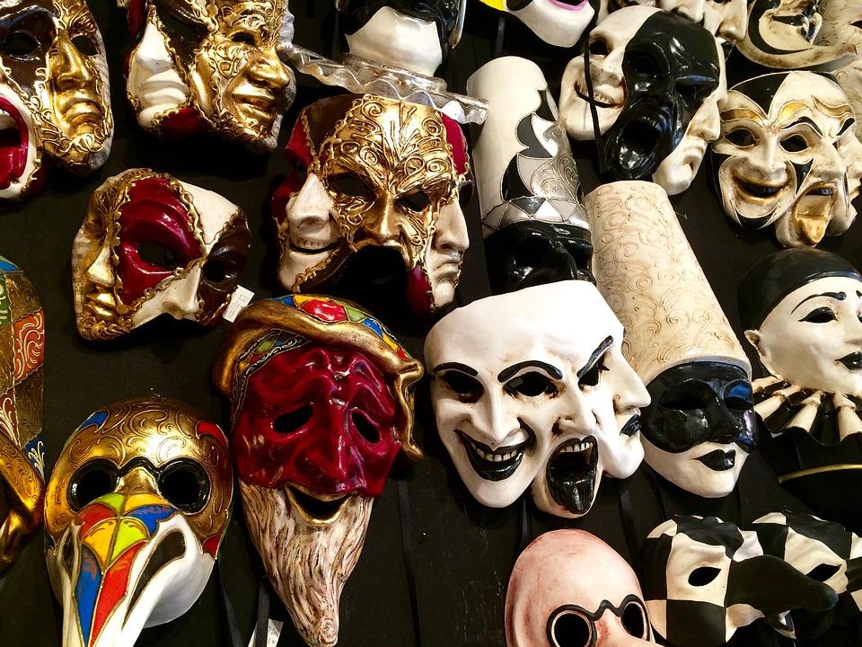 Витрина с масками