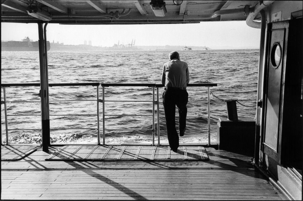 Мужчина стоит на палубе