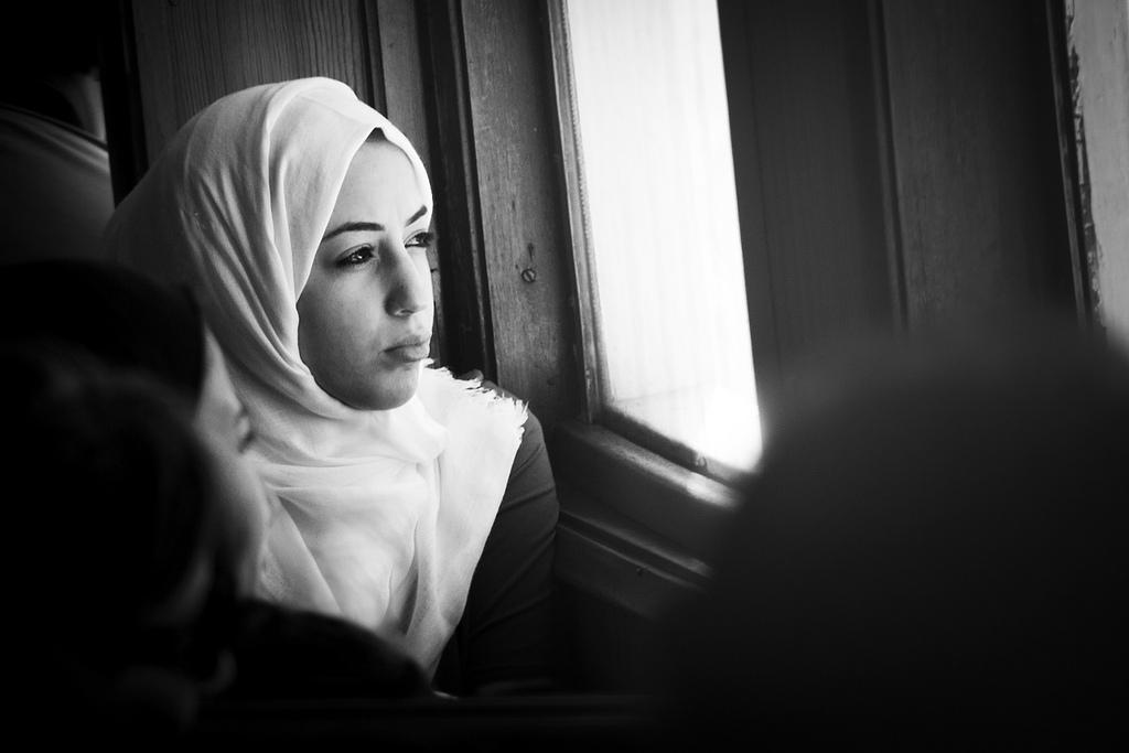 Женщина смотрит в окно