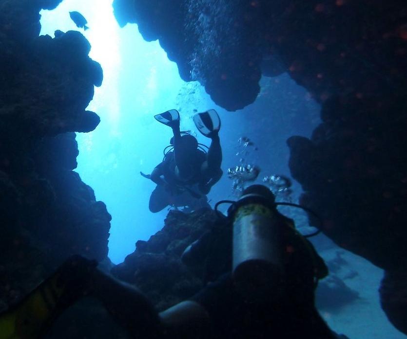 Аквалангисты в подводной пещере