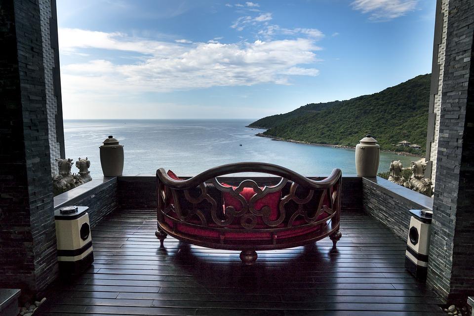 Королевский диван на огромном балконе