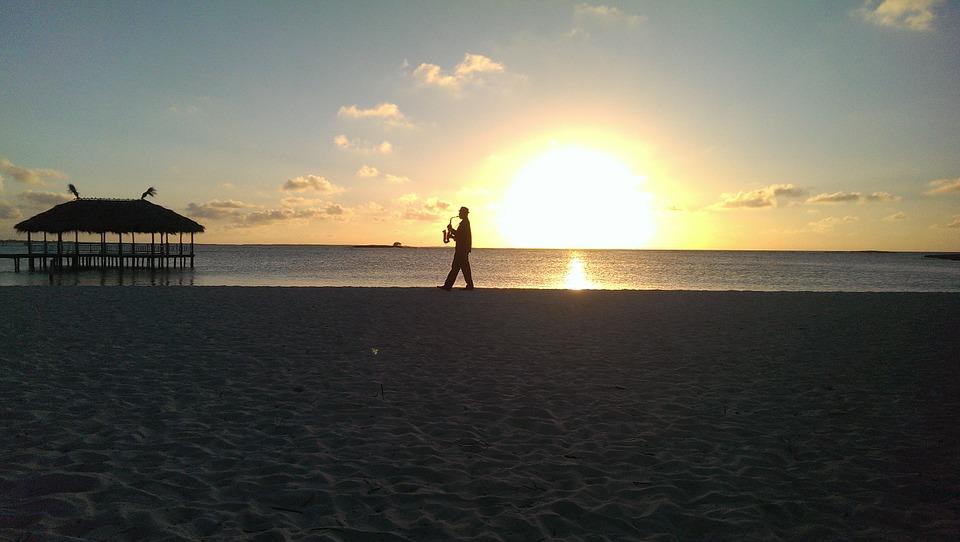 Саксафонист на пляже