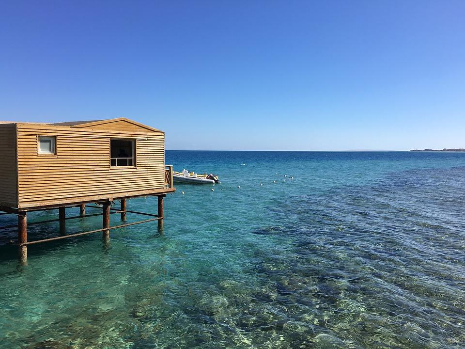 Домик на сваях в Красном море