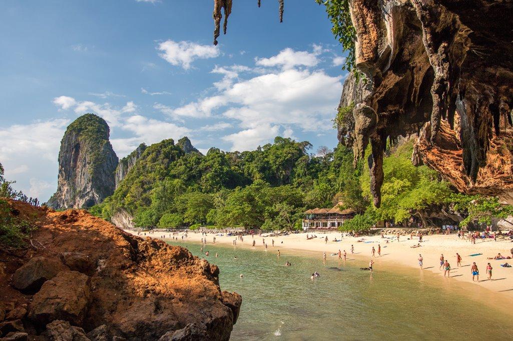 Люди на пляже в Таиланде