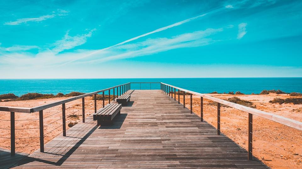 Мост в видом на море в Португалии
