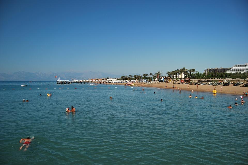 Люди на пляже в Белеке