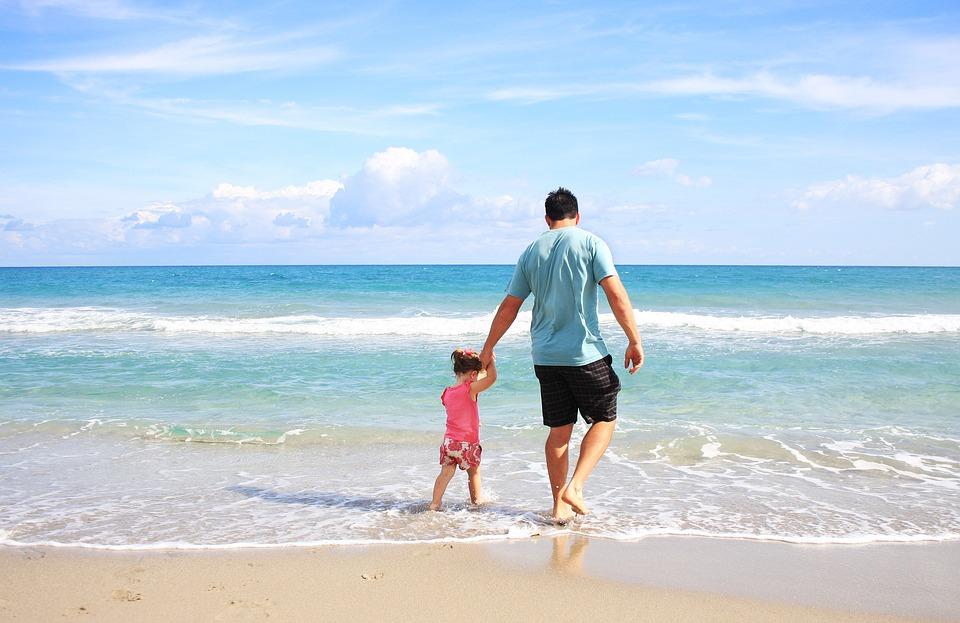 Мужчина с ребенком на пляже