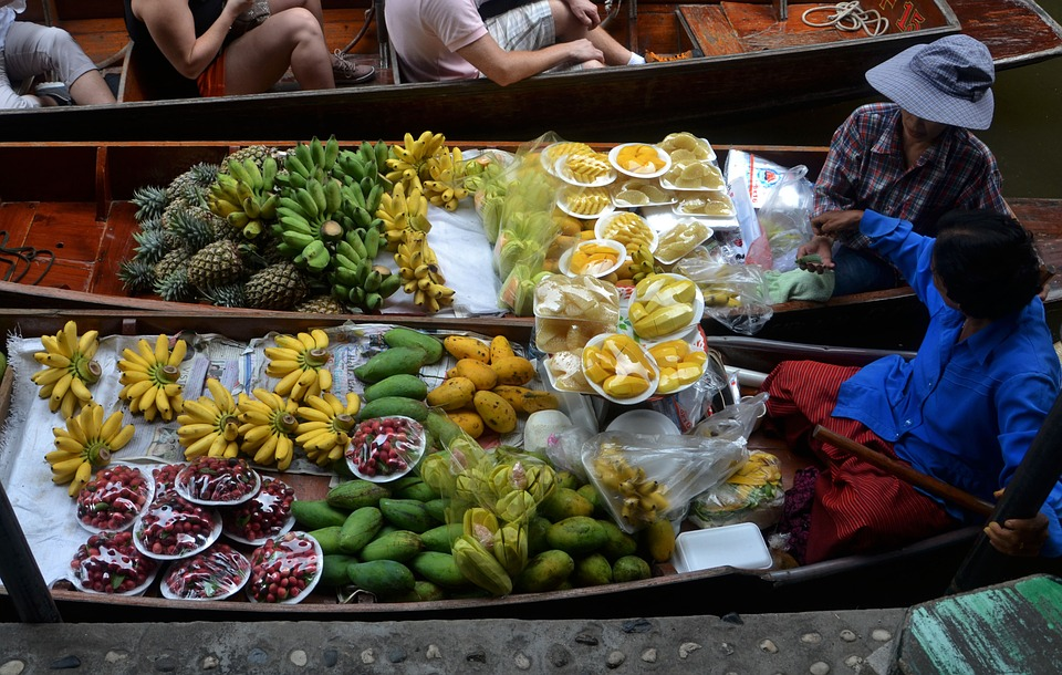 Тропические фрукты в лодке