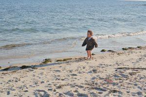Ребенок одетый на пляже