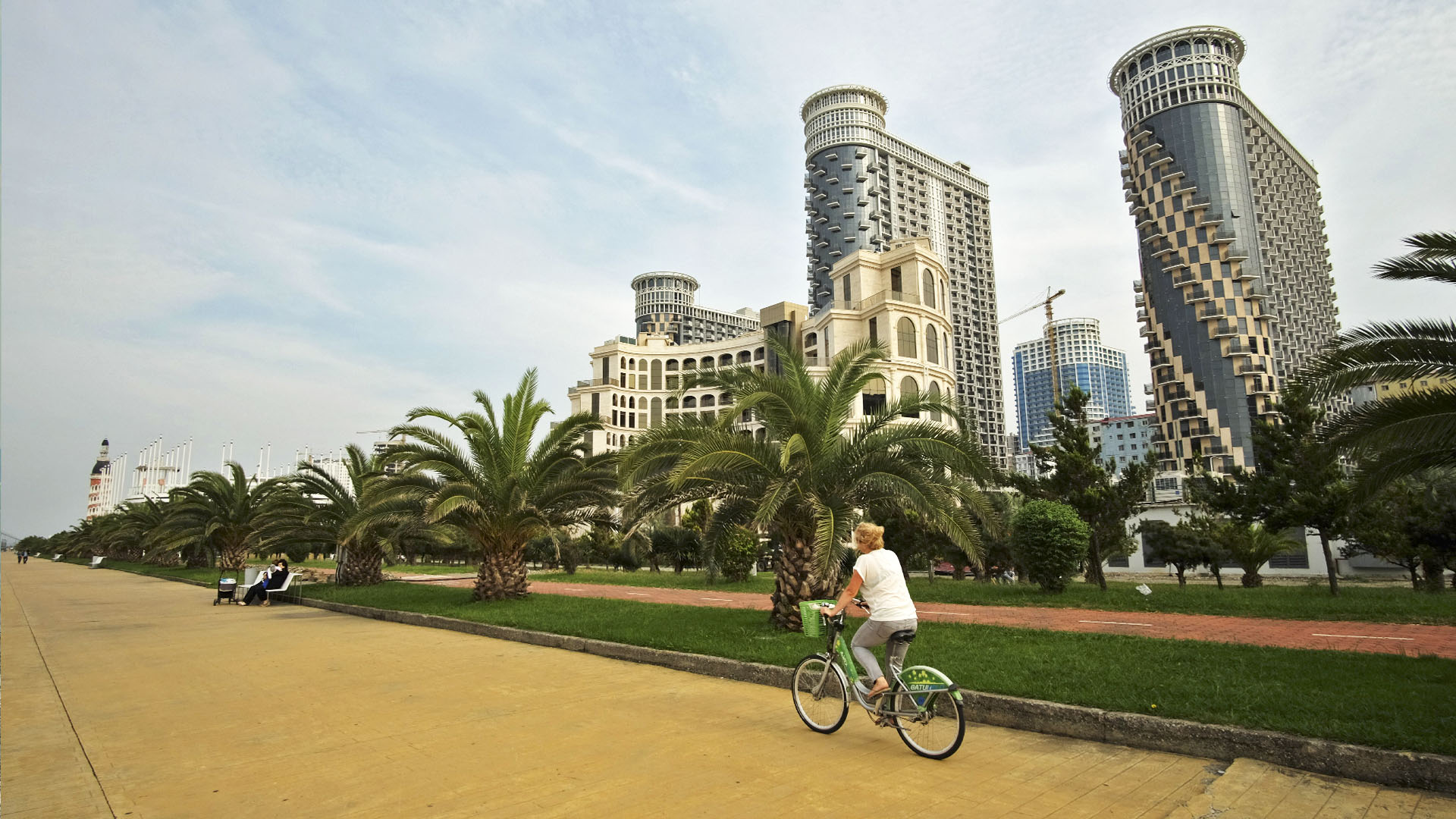 Бульвар Батуми, отели и велосипедист
