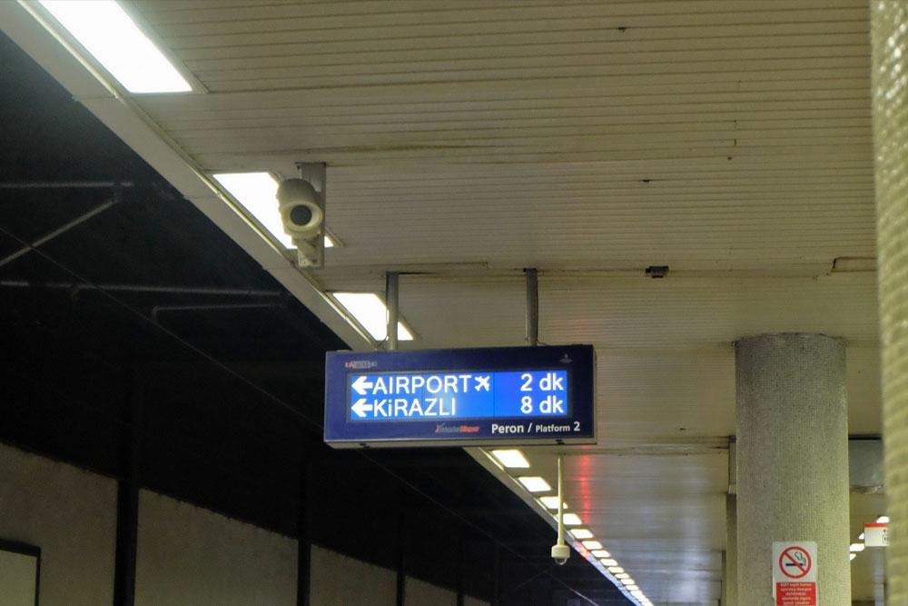 Указатели в метро Стамбула