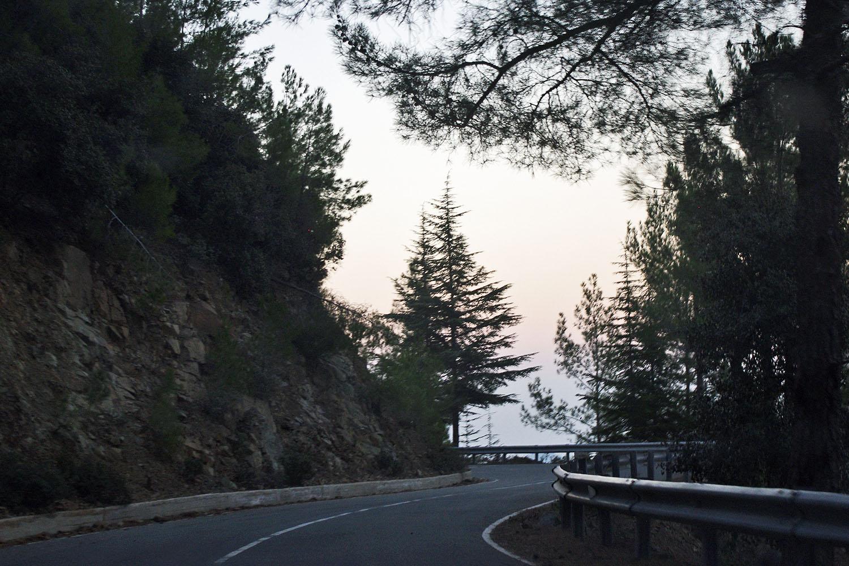 Мрачные дороги в тени горы