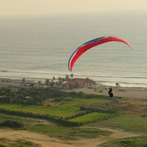 Полет парапланериста над морем недалеко от Лимассола, Кипр