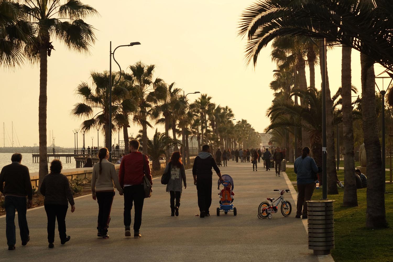 Люди гуляют по набережной Лимассола, Кипр