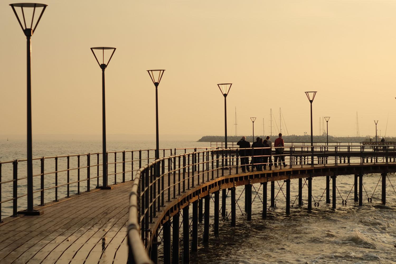 Мостик над морем на набережной Лимассола, Кипр