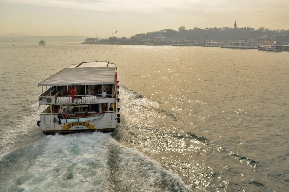Морской трамвайчик пересекает Босфор