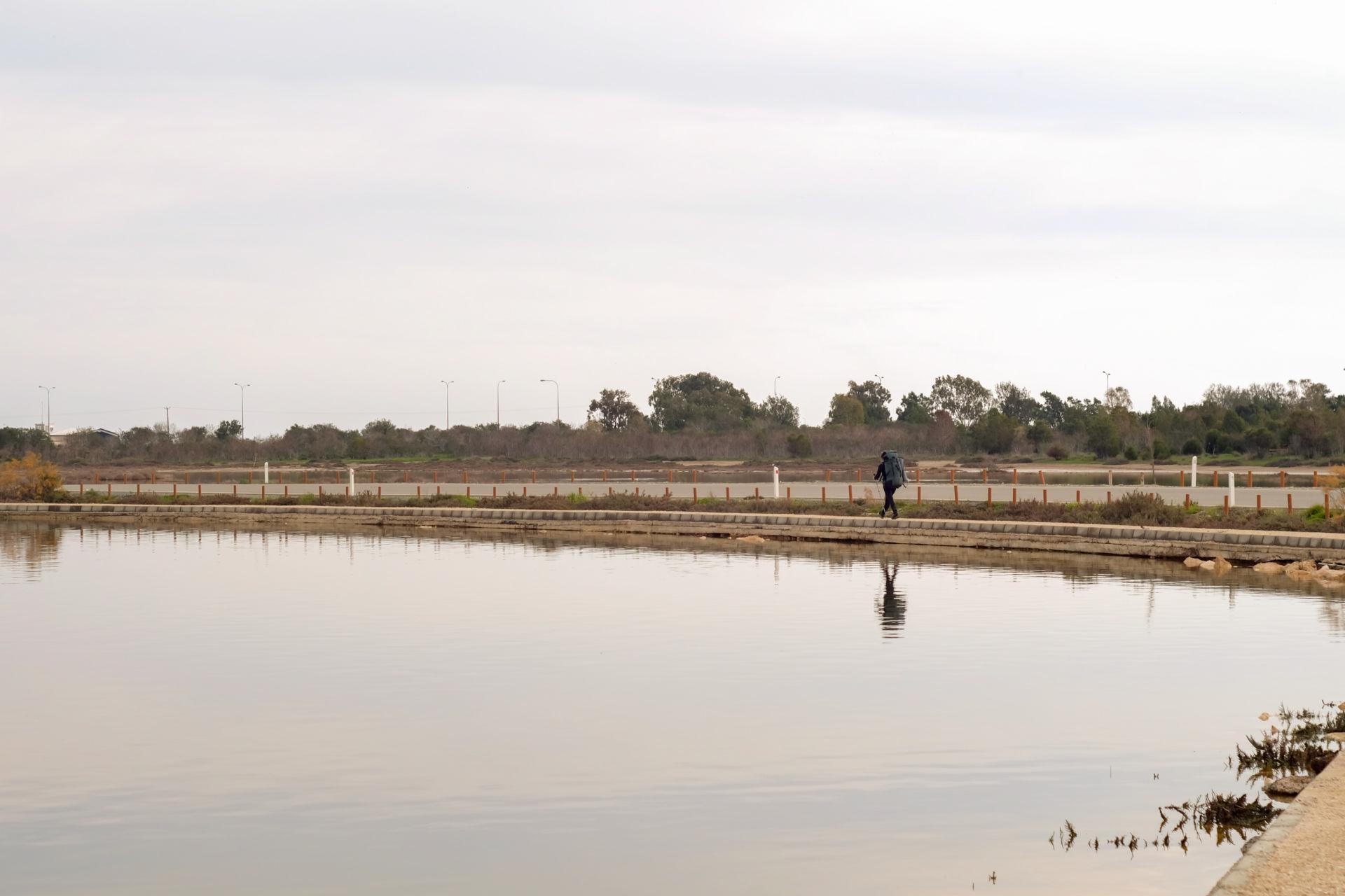 Пеший турист рядом Ларнакским озером