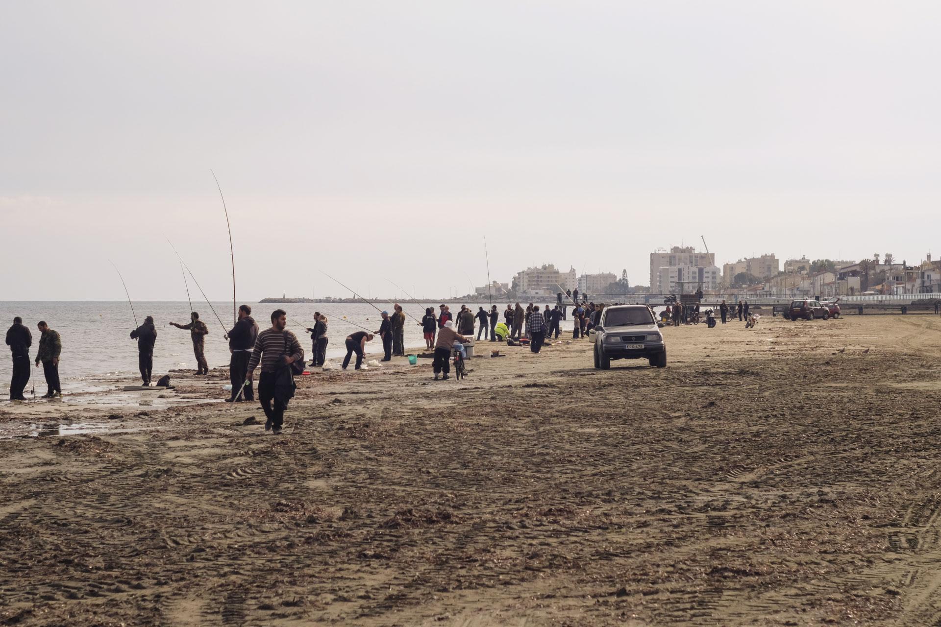 Рыбаки на пляже Ларнаки