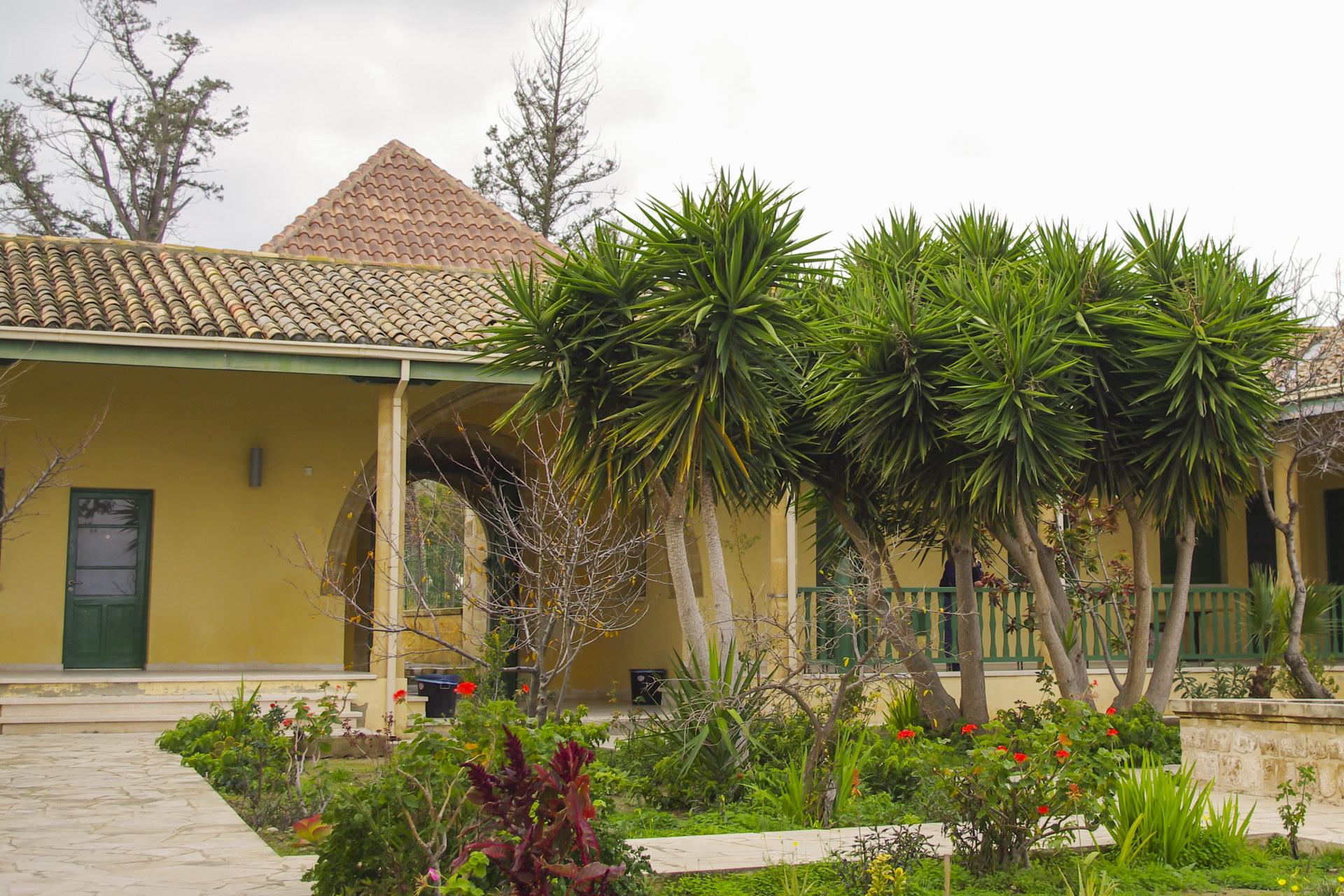 Внутренний дворик мечети Хала Султан Текке