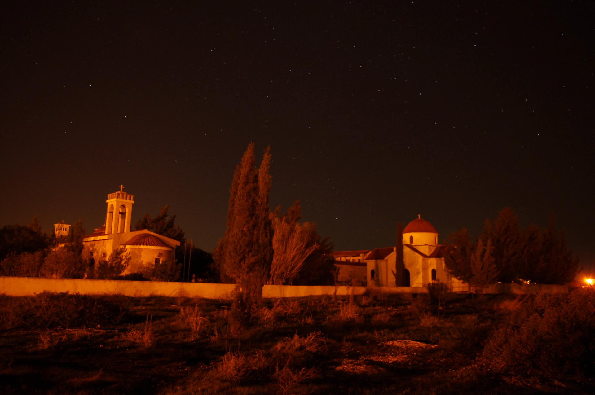 Монастырь на фоне ночного неба Кипр