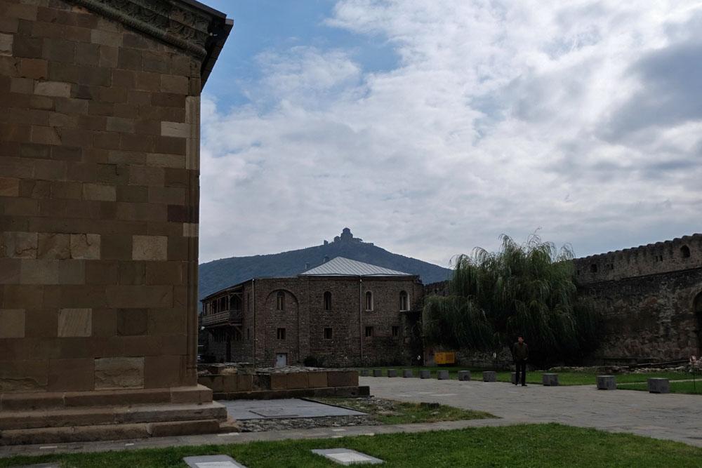 Вид на Джвари со двора Светицховели