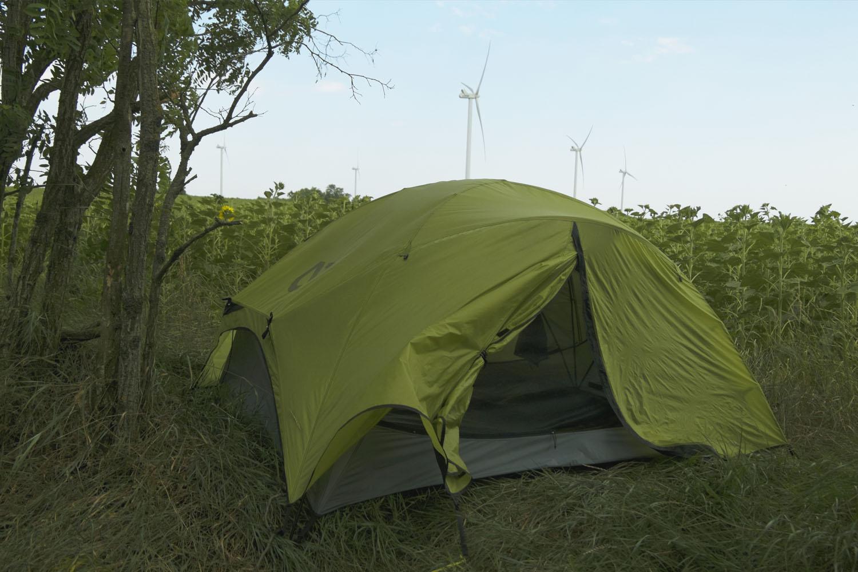 палатка на фоне ветрогенераторов