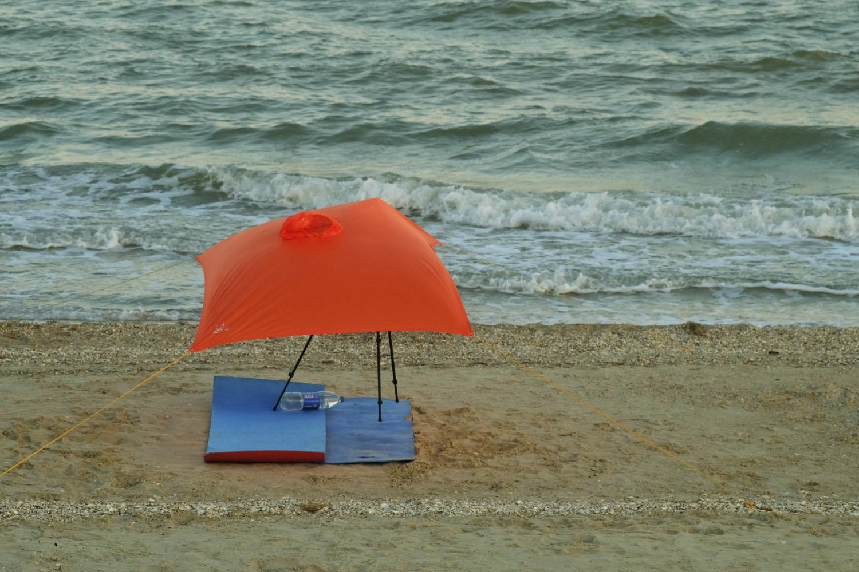 пляжный тент из пончо от дождя и штатива