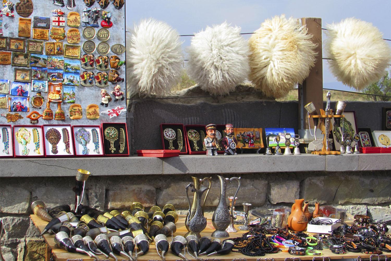 грузинские сувениры - одежда, оружие, рог, мининкари